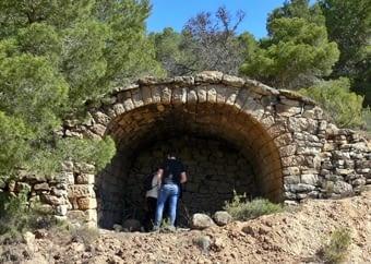 Pedra seca en estat pur, observant els detalls de construcció i habitatge
