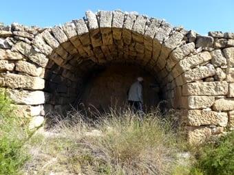 La típica cabana de volta, encastada  al  marge i sense façana frontal. Les cabanes de la Terra Alta són similars  a  les de les terres de Lleida, encara que aquí, aquesta varietat no és tan abuntant.