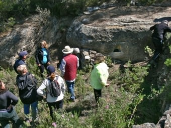 Cisterna -o aljub- situat davall d'un sortint de roca amb una aigüera perimetral per recollir l'aigua que hi plou a sobre i que és conduïda cap a l'aljub.
