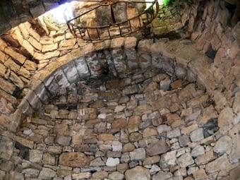 La sínia que ja vam visitar l'altra vegada És un pou immens amb la roda a la part superior.