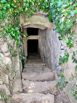 L'escala de pedra per accedir al fons del pou