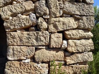 Són força similars, amb el mateix tipus de pedra i solucions. Aquí veiem la part de volta i la part de contrafort que s'hi afegeix amb els imprescindibles tascons que falquen les pedres grosses i asseguren la construcció.