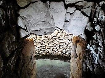 El fons del pou que es veu des de l'escala lateral que hi baixa
