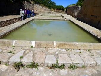 Els rentadors municipals, molt ben conservats. Pedra abundant per tot el recinte. Hi ha una font a l'entrada, que és punt de trobada per sortides excursionistes.