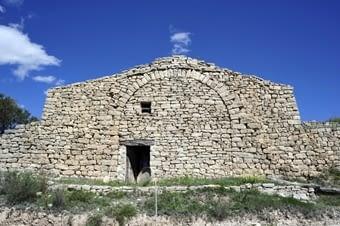 La cabana del Cacano, reparada per la Fundació el Solà. Compareu  el  seu aspecte amb  el  que tenia l'any 2002. La feina principal s'ha fet a l'interior, que és de dos pisos.