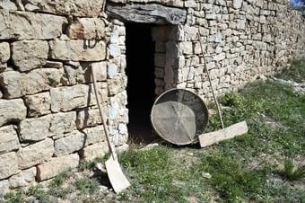 Estris de la pagesia: el sedàs, la pala i el redable, que s'utilitzaven pel batre.