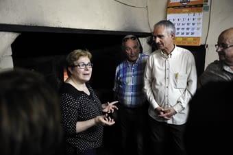 """La Rosa, mestressa del """"forn de baix"""", ens explica el forn moresc, que treballa a foc directe de llenya i que sempre resta  encès, en una volta feta  de  pedra seca. Aquí vam adquirir les típiques coques d'avellana."""