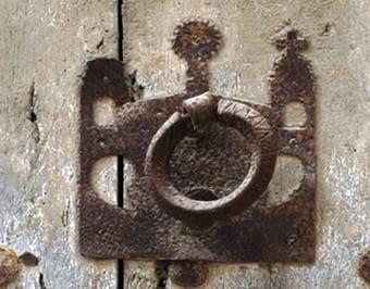 Aquest picaport reprodueix el perfil del Temple de la Roca, que fou l'espai que ocuparen els templers en arribar a Jerusalem.