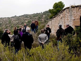 El Ramon ens fa l'explicació vora una cabana de volta, acompanyada del clàssic pi, en el paisatge margenat de les Garrigues