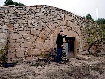 Curiosa cabana mostrant una característica de l'art popular, d'utilitzar els materials a l'abast i modificar construccions segons les necessitats i possibilitats