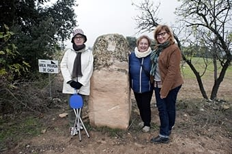 Una pedra mil·liar de la via romana que venia de Tarraco a passar per Ilerda. Aquestes tres noies ens la fan propera en les seves dimensions