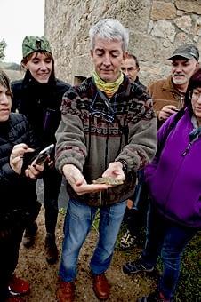 L'Andreu rescata un llangardaix de dins d'un aljub, pel mètode del bastonet i puja, puja...