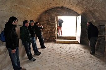 L'interior espaiós, amb la clàssica rajola catalana.