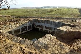 La bassa -amb aigua!- que també s'ha reparat.