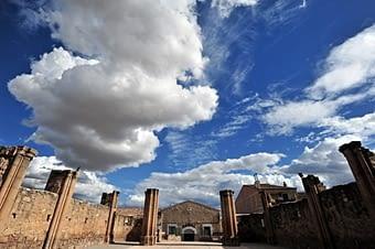 A l'hora de marxar, una foto gran angular a la coneguda església inacabada sota el cel canviant de març.