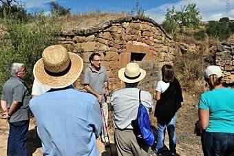 Josep Preixens ens explica detalls d'aquesta cabana amb l'era al davant.