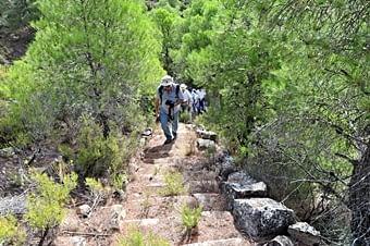 L'expedició s'enfila pedres amunt, a trobar un forn de calç
