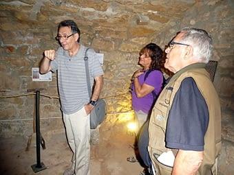 Josep Preixens ens mostra el Centre d'Interpretació de la Pedra Seca, on hi ha una exposició permanent.