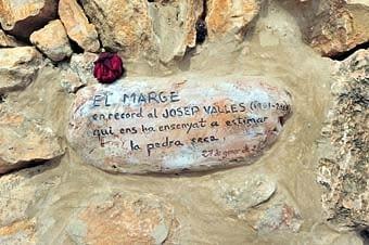 En un punt determinat, aquest senzill homenatge a Josep Vallès, estudiós i divulgador, a través dels seus llibres, de les construccions de pedra seca..