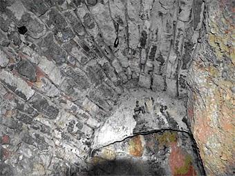 Part  de  la construcció  coberta amb  la  volta sostinguda per la roca natural. Al fons hi ha la llar, i la llosa vertical fa de fumera.