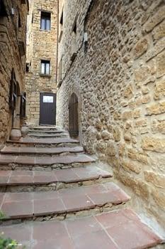A la part antiga de la vila descobrim carrers i racons tan encisadors com aquest, on la pedra vista excel·leix.