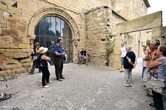 La visita va anar  a  càrrec de Vicenç Aguado, del Centre d'Estudis Locals del Vilosell. Som davant de l'antic portal romànic de l'església, al nucli més vell del poble.