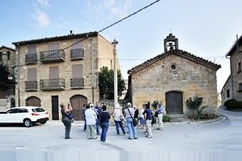 A la tarda es va fer una visita pel poble. Comencem a la Plaça de Sant Sebastià, amb una creu de terme gòtica, i l'ermita que li dóna nom. Abans, aquest espai era la gran bassa del poble. Ara és un lloc de passeig pels vilatans.