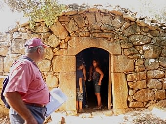 Una cabana amb coberta de volta de canó, on la mestria dels  constructors  s'observa  ja  en  la  façana:  la  porta, amb muntants  i  llinda de pedra  ben  treballada, el ràfec, amb les pedres ben falcades... Pedra seca en estat pur.