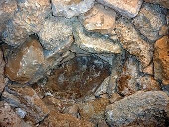 Detall de les filades superiors de la falsa cúpula i la llosa que fa de tancament