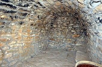 Interior de la mateixa cabana. Amb tot i les controvèrsies referents  a  la seva restauració, no ha deixat de perdre el seu encant, mostrant una significativa solidesa.