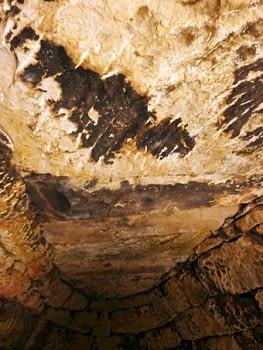 Interior de la mateixa cabana, amb el sostre de lloses. És una pedra arenosa, al natural de poc gruix, que afavoreix aquesta tècnica constructiva. És una solució que s'adapta a cabanes relativament petites amb estructura compacta.