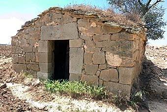 Una altra cabana, amb bona llinda i muntants, que encara resisteix estructuralment les agressions del temps.