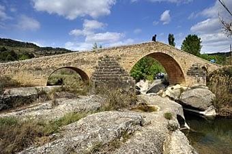 Pont vell de Cabacés sobre el riu Monsant, amb l'aigua neta  i  reposada.  Construït  sobre  pedres  el  s. XIV.