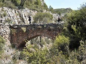 Pont de Cavaloca,  elevat sobre el barranc,  a l'antic camí entre la Vilella Baixa i Cabacés. És un pont sense baranes.