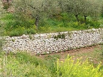 Comencem per la zona del barranc de Cavaloca, entre la Vilella Baixà i Cabacés, on trobem aquest marge amb les pedres disposades de manera desigual, de transició entre l'estil de les Garrigues i el del Baix Camp.