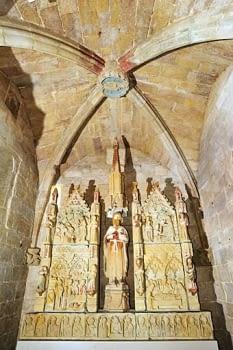 Capella de Sant Joan Baptista amb el retaule gòtic d'escenes de la seva vida.
