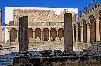 Aquest és el monestir d'Aviganya, fundat per Joan de Mata el 120l, amb la primera comunitat de trinitaris a Espanya. Va funcionar fins l'any 1835, i es restaura a partir del 1986. És un Centre d'Arqueologia.