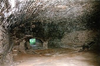 Interior del Mas Llaurador, pallissa amb coberta de volta i una superfície de 200 m2. Als anys 70 es va incendiar, quedant destruit tot l'altell de fusta. I  les parets van quedar ennegrides, com es pot observar. Aquesta construcció, objecte de la visita, és la volta més gran que coneixem. La seva estabilitat es deu a que està posada en cunya dins del terreny que acull els dos laterals. El seu sostre és una era des d'on es baixava la palla a través d'una abertura superior, que es pot observar a la foto. Després, la palla es treia en carros, que entraven dins i donaven el tomb al piló.