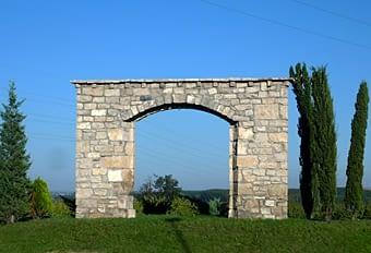 Per acabar, aquest portal prop de Seròs que també fa el seu efecte. Pertany a una altra construcció avui perduda, com si fos una porta històrica.  Hi ha rotondes que estan força bé i contribueixen a una bona imatge del país.