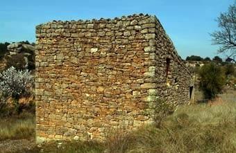 Després, els guies ens van portar a les cabanes de l'eral de vora el poble. Totes  del  mateix estil,  voluminoses i amb teulada d'una vessant.