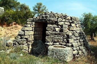 Un aljub, com és usual en altres indrets de les Garrigues. Curiosament, la pedra  és  d'aparença granítica, diferent de la que veiem a la cabana adjacent.