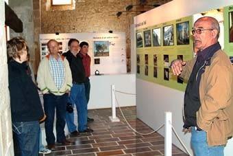 Després ens va mostrar l'antic molí convertit actualment en museu adjacent a les oficines de l'ajuntament. Un edifici fet en pedra, que va mantenir  la  seva activitat al llarg de cent anys. Com en altres casos, s'hi feia l'oli i el vi.