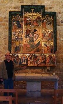 Antoni Bundó,  el primer guia d'aquesta visita policultural, ens mostra l'església amb el retaule dedicat  a  Sant Jordi, que presideix l'altar a la nau major. No estem acostumats a contemplar art en majúscula  a  les nostres sortides. Per això ho agraïm sincerament.