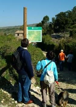 El camí de sortida cap  a  la Serra de Llaberia. A falta del guia previst, l'Esther Bargalló i el Martí Rom, coneixedors de la zona, revisen l'itinerari que farem.