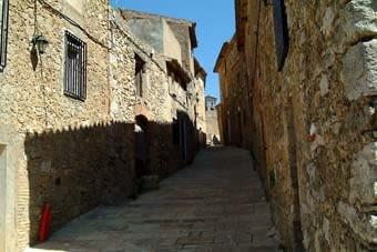 Tornem al poble. El terra es veu net  i  pavimentat amb bones lloses de pedra d'Itàlia. Un fet singular és que els habitants de Llaberia  -els pocs que hi ha durant l'any- s'autoabasteixen d'electricitat amb cel·les fotovoltaiques.