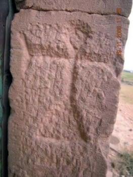 Al lateral dret de la porta, sobre la típica pedra arenosa de la zona, s'hi troba aquest signe. A Puigverd  hi  havia tradició de pedrapiquers o mestres de cases, que també aixecaven aquestes cabanes d'acurada construcció.