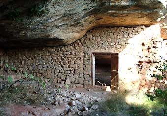 En aquesta part de les Garrigues són comuns les balmes. Aquí una vista interior de la primera que vam veure.