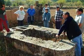 Això  és  l'estructura  que  queda d'una altra sínia. Al costat, una gran bassa rectangular, avui buida. En tot aquest territori, la pedra  i  la  tàpia alternen funcions.