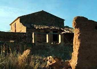 Una altra masia bastida parcialment amb tàpia.