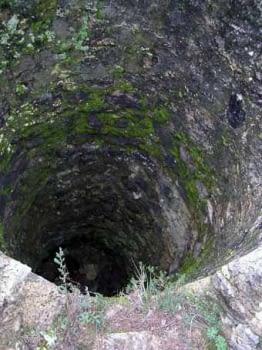 Aquest és un pou construït antic, anomenat del Mustinyà.